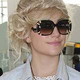 Mit dieser aufwendigen Frisur wird für Pixie Lott der Flughafen zum Laufsteg. Sie trägt ihre Haare in einem zauberhaften Flechtk