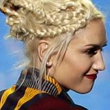 Die Designerin und Musikerin hat ihre blonden Haare in mehrere Strähnen unterteilt und zu lockeren Zöpfen geflochten. Der Rest w