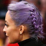 Ihre neuerdings leuchtend violetten Haare hat Designerin Nicole Richie bei einem Basketballspiel zu zwei symmetrischen Zöpfen eingeflochten.