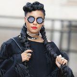 Sängerin Janelle Monae hat sich für die Fashion-Show von Stella McCartney in Paris dieses besondere Flechtwerk stylen lassen. Ihre wie üblich voluminöse Haartolle wird mit zwei extralangen Zöpfen erst recht zum Hingucker.