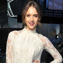 Tolles Design muss nicht teuer sein: Jessica Alba in einem cremefarbenen Spitzenkleid von H&M auf der Fashion Week in Paris.