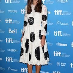 Keira Knightley mag das Verträumte in der Mode. Die großen, schwarzen Punkte auf dem romantischen Spitzenkleid von Dolce & Gabbana lassen es aber alles andere als langweilig wirken.