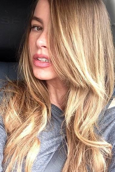 Mit sehr natürlich blondierten Haaren im Ombré-Stil präsentiert sich die Latina Ende März.