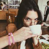 """Richtig scharf sieht Kendall Jenner mit ihrer dünnen Hornbrille im """"Harry-Potter""""-Look aus. Richtig scharf zu sehen scheint sie damit aber allerdings nicht, sonst hätte sie sich so verschwommen nicht auf Instagram gepostet."""