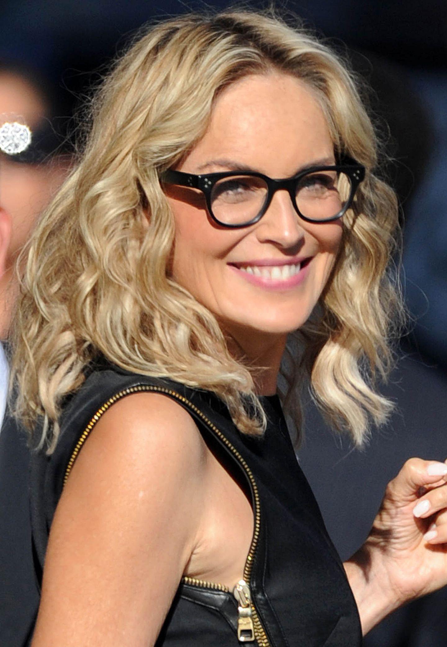 Dank ihres auffälligens Kastengestells in Schwarz sieht Sharon Stone zugleich jugendlich und seriös aus.