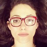 Zu ihrem Porzellanteint und den dunklen Haaren sieht Emmy Rossums rote Kastenbrille richtig klasse aus.