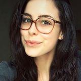 Lena Meyer-Landrut hat es sich ohne Make-up, aber mit kuscheligem Sweater und ihrer süßen Nerdbrille aus Horn gemütlich gemacht und schickt ihren Instagram-Fans mit diesem Brillen-Selfie liebe Grüße.