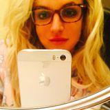 """Die braungefleckte Nerdbrille ist für Britney Spears nicht nur ein Fashionstatement. """"Werde älter ... Ich brauche meine Brille!"""", schreibt die Sängerin zu diesem Schnappschuss."""