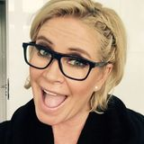 Gute Laune mit Nasenfahrrad: Claudia Effenberg lässt ihre Follower an ihrem Stimmungshoch teilhaben und führt ihre stylische, schwarze Brille vor.
