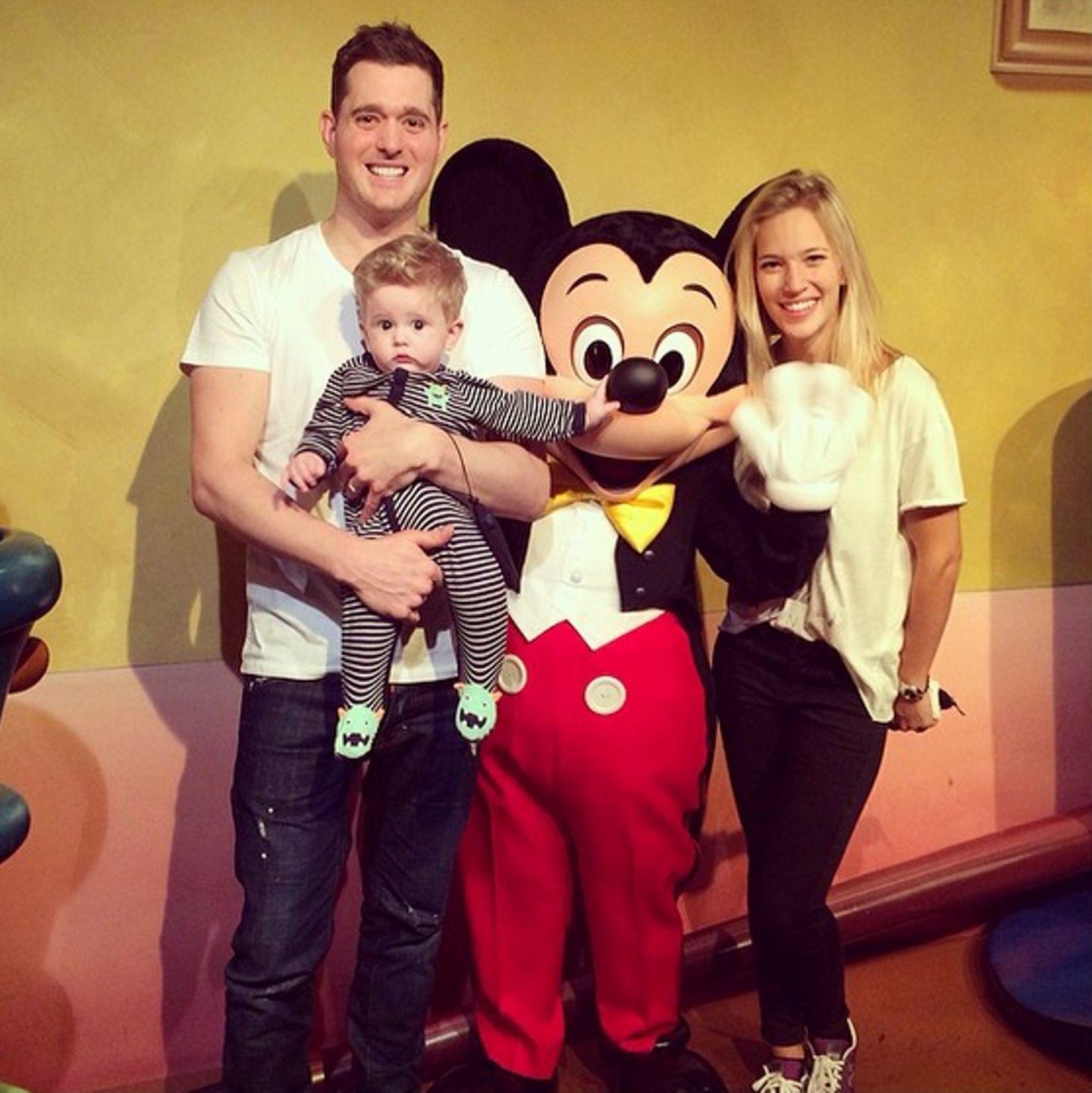 Noah ist zwar erst ein halbes Jahr alt, Papa Michael Bublé und Mama Luisana Lopilato zeigen ihm trotzdem schon mal das Disneyland im kalifornischen Anaheim. Sieht jedoch so aus, als ob der Kleine nicht so recht weiß, wie ihm geschieht.