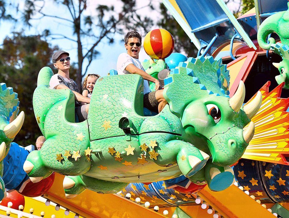 Zusammen mit seiner Familie genießt Neil Patrick Harris seinen freien Tag im Freizeitpark von Disney World.