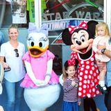 Auch Kelsey Grammer ist mit seiner Familie in Disneyland und trifft dort auf Minnie Maus und Daisy.