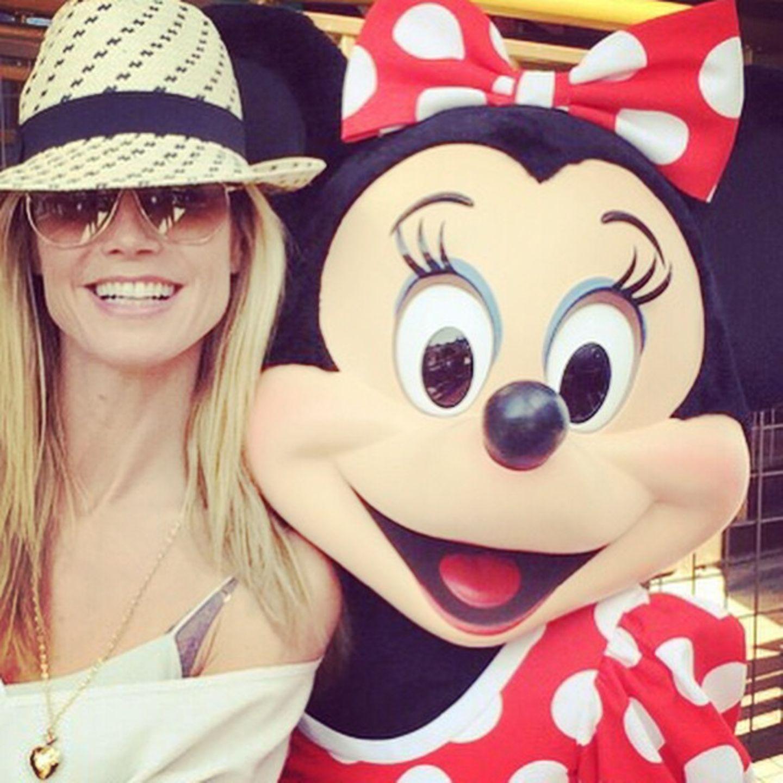"""Heidi Klum gönnt sich und ihren Kindern eine Auszeit in Disneyland. Natürlich darf ein Selfie mit """"Minnie Maus"""" dabei nicht fehlen."""