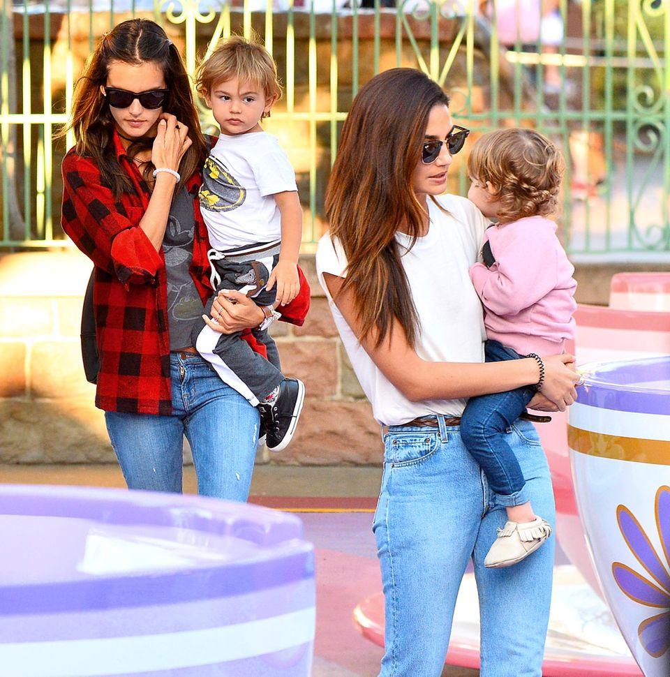 Alessandra Ambrosio und Lily Aldridge sind zusammen mit ihren Kindern im Disneypark in Kalifornien.
