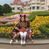"""Großer Spaß im """"Disneyland"""" - Mandy Capristo zeigt sich so glücklich wie schon lange nicht mehr, als Tante """"Minnie""""-Mandy verbringt sie einen Tag im Freizeitpark."""