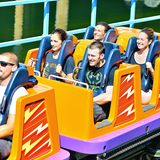 "Minka Kelly und Chris Evans steigen mutig in die ""California Scream""-Achterbahn im Disneyland ein."