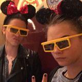 """Dafür ist man nie zu alt. Cara Delevingne albert mit ihren Freunden in """"Disney World"""" rum."""
