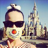 """Mit lustigen Mundschutz und """"Mickey Mouse""""-Haarspange begibt sich Katy Perry nach """"Disneyland"""" in Tokyo."""
