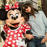 Katie Holmes posiert in Hot Pants und mit Cowboy Hut neben Minnie Mouse im Disney World.
