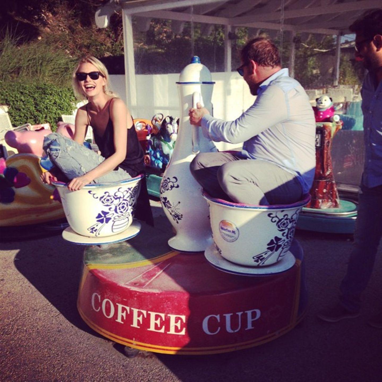 Lena Gercke freut sich wie ein kleines Mädchen über die Fahrt in einer Kaffeetasse auf dem Rummelplatz.