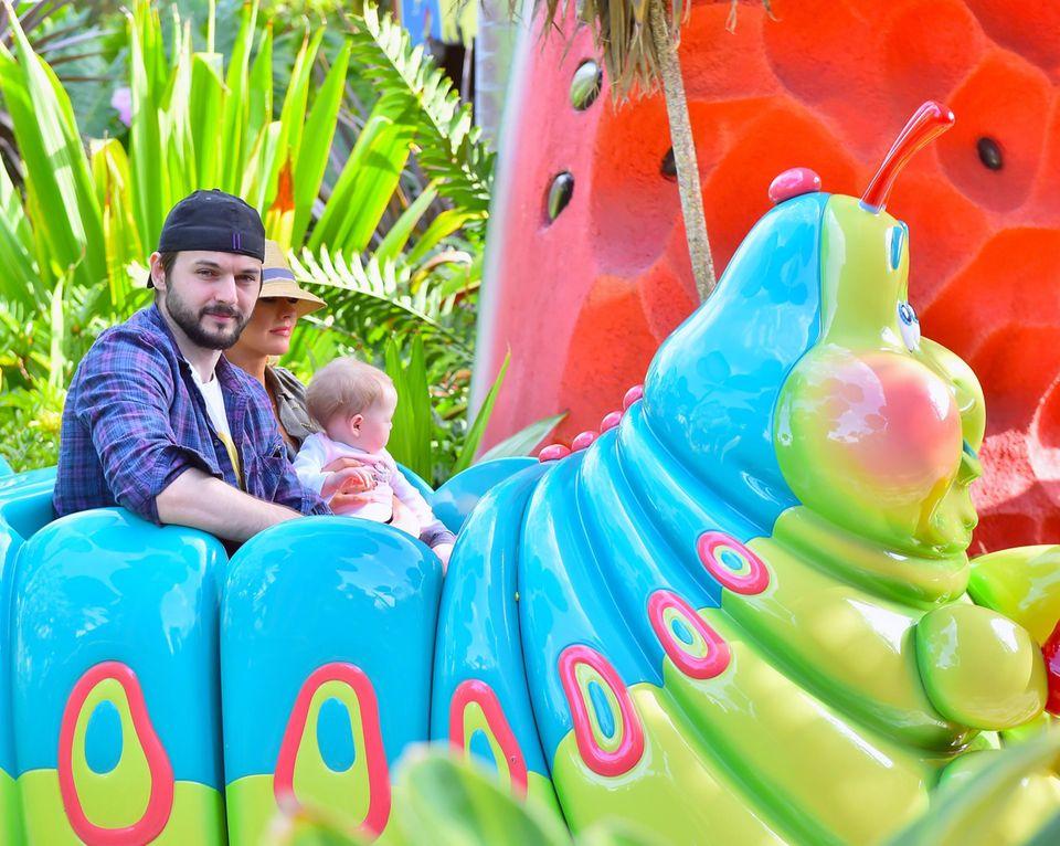 """Matt Rutler und seine verlobte Christina Aguilera verbringen mit ihrer kleinen Tochter einen Tag im """"Disneyland""""."""