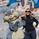 Wer steht denn da neben dem Bunny? Kate Moss verbringt ihre Freizeit im Disneyland Paris und schließt Freundschaften mit den Disney-Bewohnern.