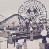 Katie Holmes' Tochter Suri freut sich auf das Mickey-Riesenrad.