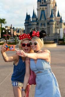 Pixie Lott und ihre Schwester Charlie besuchen das Disney World Resort in Florida und machen Selfies mit Minnie Maus Ohren.