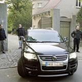 Die Sicherheitsleute bewachen rund um die Uhr das Anwesen der berühmten Familie