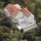 Ganz schön beeindruckend liegt das Palais Parkschloss am Wannsee, gut versteckt zwischen Laubbäumen