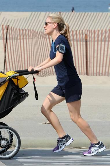 Anna Paquin verbindet Muttersein mit Sport. In Venice Beach läuft die Schauspielerin mit ihren Zwillingen die Promenade entlang.