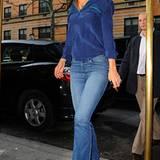 Beim Verlassen ihrer New Yorker Wohnung trägt Katie eine ausgestellte Jeans, ein nachtblaues Seidenshirt mit grünen Paspelierung