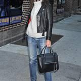 Nach dem Besuch der Show von David Letterman hat Katie Holmes ihr schickes Bühnenoutfit wieder gegen ihre geliebten Jeans, Wollpullover und Lederjacke eingetauscht.