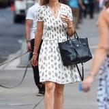 Mal was anderes als Jeans: Auch Katie Holmes macht im weißen Sommerkleid mit floralem Print eine tolle Figur.