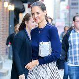 In New York strahlt Katie Holmes in royalem Blau. Pullover und Rock wertet die Schauspielerin mit einer silberfarbenen Handtasche auf. Ein weiterer Eyecatcher sind die Abätze ihre High Heels.