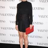 In zurückhaltendem Schwarz, ein Outfit aus der Valentino-Resort-Kollektion 2015, zeigt sich Katie Holmes.