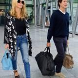 Wie praktisch, wenn der Freund ein Gentleman ist und die schweren Reisetaschen schleppt. So kann sich Heidi Klum neben ihrem Vito mit dem stylischen Schwanen-Mantel und den engen Jeans in voller Pracht zeigen.