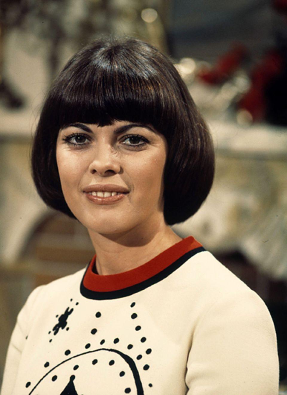Mireille Mathieu mit typischem Rundschnitt im Jahr 1976