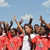 """Im Auftrag für die Organisation """"UNAIDS"""" ist Victoria Beckham in Kenia unterwegs: Hier posiert sie mit Spielerinnen eines Fußballteams der """"Maisha League""""."""