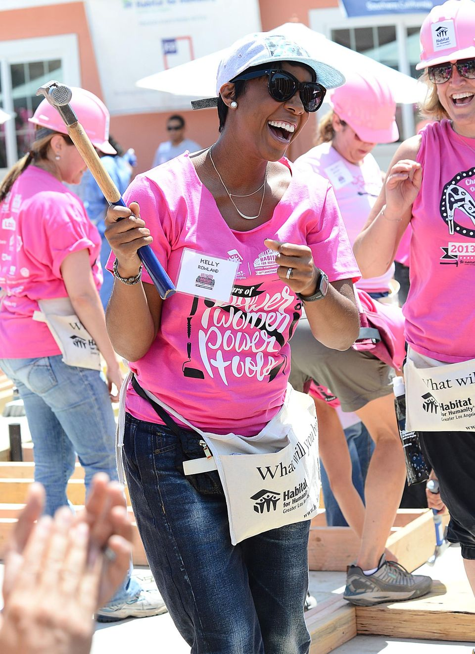 """Die Sängerin Kelly Rowland schwingt den Hammer für """"Habitat For Humanity"""" in Compton."""