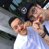 Mesut Özil und der deutsche Rennfahrer Maximilian Götz setzen sich mit dem schwarz-rot-goldenden Moustache für den guten Zweck ein. Es geht um Freundschaft, Solidarität und Faiplay.