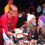 """Natascha Ochsenknecht gehört zu den Prominenten, die im Rahmen der """"21. Frank Zander Weihnachtsfeier für Obdachlose"""" im Estrel Convention Center in Berlin Essen an Bedürftige verteilen."""