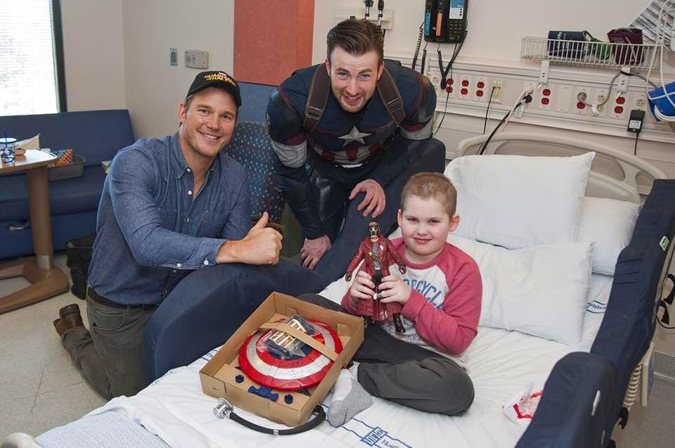 """Wette verloren, Kinder glücklich gemacht: Chris Pratt und Chris Evans hatten beim Superbowl gewettet, dass derjenige, dessen Lieblingsteam verliert, im Superheldenkostüm wohltätige Arbeit leisten muss. Die Charity-Aktion durfte jeweils der Gewinner bestimmen. Deshalb besucht Chris Evan als """"Captain America"""" verkleidet die Kinder in einem Krankenhaus in Seattle. Chris Pratt, der nicht als sein Superhelden-Charakter """"Star-Lord"""" erschien, freut's genauso wie die Kleinen."""