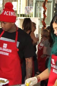 """Sind sie ein Paar? Kylie Jenner und Tyga engagieren sich gemeinsam für den guten Zweck, indem sie an der """"Los Angeles Mission"""" Essen an Bedürftige verteilen. Damit heizen sie die Gerüchteküche weiter an, dass zwischen ihnen was laufen könnte."""
