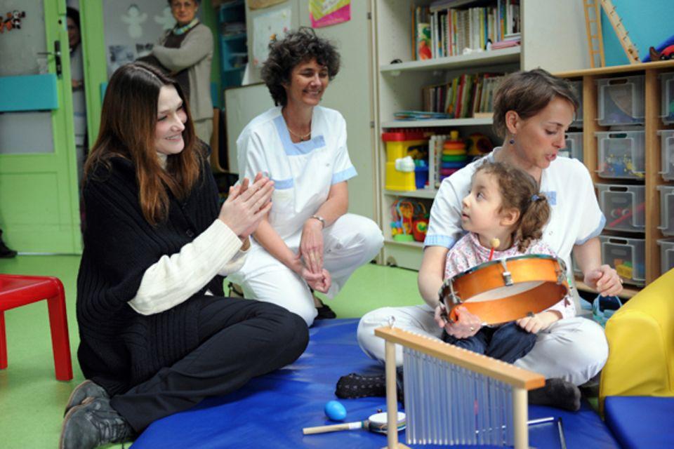5. März 2012: Carla Bruni besucht in Paris eine Einrichtung für behinderte Kinder.