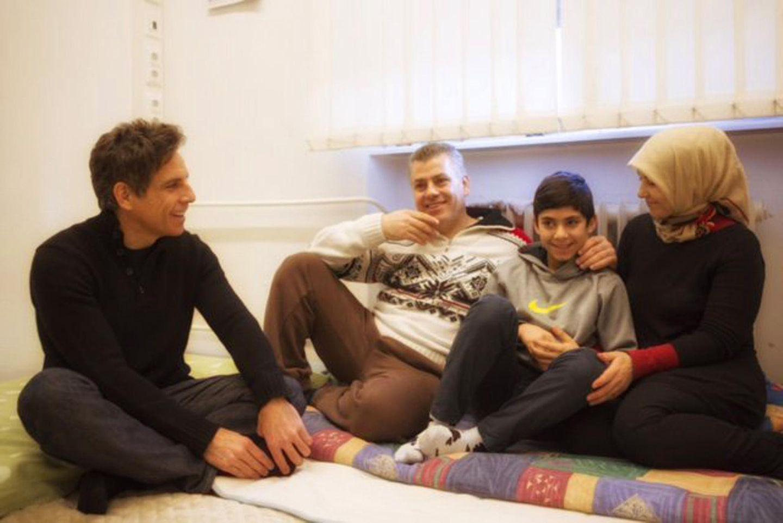 """Vor der Deutschland-Premiere seines Films """"Zoolander No. 2"""" besucht Ben Stiller im Auftrag des Flüchtlingshilfswerk der Vereinten Nationen ein Flüchtlingsheim in Berlin-Wilmersdorf. """"Sie brauchen unsere Solidarität und Unterstützung"""", kommentiert der zweifache Vater ein Twitterbild, das ihn im Gespräch mit einer dreiköpfigen Familie zeigt."""