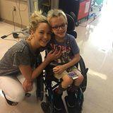 """In einer Pause ihrer Dreharbeiten zum Film """"X-Men: Apocalypse"""" besucht Jennifer Lawrence das Shriners-Kinderkrankenhaus in Montreal und zaubert ein Lächeln aufs Gesicht dieses kleinen Patienten."""