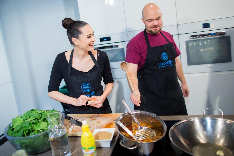 """Die Sängerin und UNICEF-Patin Mandy Capristo kocht im Rahmen der Aktion """"Kochen für Freunde"""" in Köln mit Fans und Koch Jan ein syrisches Menü."""
