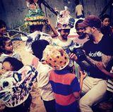 David Beckham besucht in Kambodscha eine Unicef-Einrichtung, die sich um Kinder kümmert, die Gewalt ausgesetzt waren und zeigt ihnen ein paar Fotos auf seiner Digitalkamera um sie zum Lachen zu bringen.