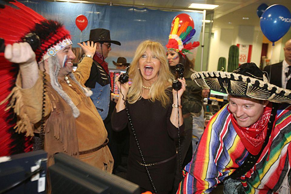 """5. Dezember 2012: Goldie Hawn telefoniert mit Spendern. Am 20. """"Global Charity Day"""" hilft sie im Londoner Büro der Broker-Firma"""